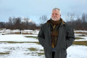 Dr. David Bell, nær akebakken i Lyndonville, N.Y., der åtte barn lekte i 1985 kort tid før de ble syke. NIKKI ORMEROD FOR THE WALL STREET JOURNAL