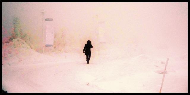 Sissels bilde skikkelse i dust rosa landskap
